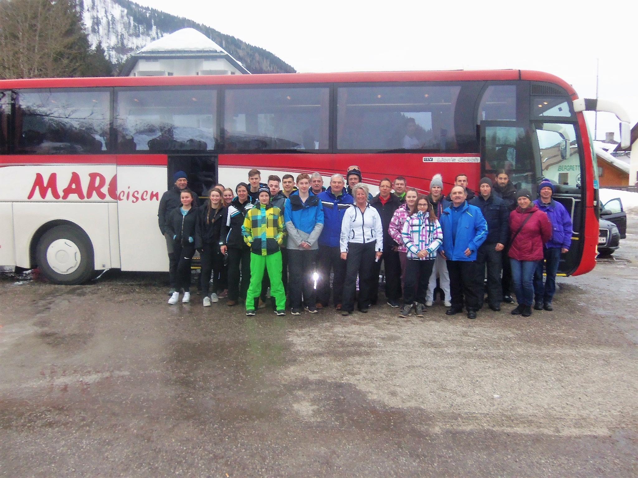 Sonnberg/Lackenhof: Insgesamt 35 Teilnehmer erlebten einen schönen und kalten Wintertag im schneereichen Skigebiet Lackenhof am Ötscher. Der Ausflug wurde vom Obmann des SV Sonnberg, Erich Brechelmacher (rechts), organisiert und durchgeführt. Das Erinnerungsfoto entstand kurz vor der Heimfahrt (einige waren schon im Bus).